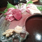 30287852 - 【馬刺し4種盛り】 1800円 醤油は甘味ある九州刺身醤油。