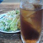 ほりこし - 料理写真:座卓とサービスサラダとウーロン茶別注