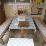 仲氷店 - テーブル席はふたつあります。