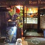 Rue Favart - エントランス前にショーケース