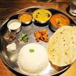 南インド料理 葉菜 - スペシャルミールス1,300円にしました。                             ベジとノンベジの合体版です。+インディカ米100円。