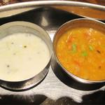 南インド料理 葉菜 - ライタ(左)とダルカレー(右)。                             具入りヨーグルトのライタのクリーミーな酸味と                             豆の甘味があるトロっとしたダルカレーはミールスの定番。