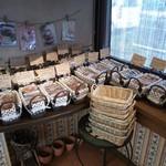 パティスリープロヴァンスノモリ - 焼き菓子など豊富なお菓子が所狭しと並んでます。