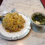 麒麟閣 - 酢豚セットについてくるチャーハンとスープ。