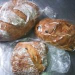 ボスケット - 左:白神パン\320、中:クルミのリュスティック\190、右:メープルレーズンパン\300