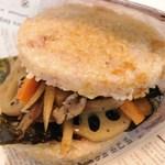 キラキラキャッチン - 和根菜のきんぴら玄米ライスバーガー*和食が食べたい時にぴったり。甘辛い味付けと海苔が玄米とよく合います 360円