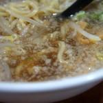 ぼすや - 背脂でおおわれて一見真っ白だが、以外とさっぱりスープ