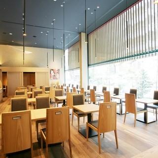 天井高5メートル、壁面はガラスで圧倒的に開放的な店内