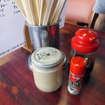 杭州飯店 - 卓上に常備された調味料類(コショウの容器に注目!)