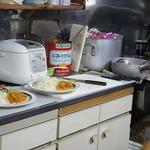 フジランチ - カウンター越しの厨房