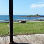 ダイニング福八 - 大きな窓から雄島が綺麗