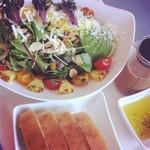 BOBA - サラダにはパンがついててお得♪色合いが綺麗。