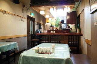 北京遊膳 - テーブル席×4卓とカウンターが数席
