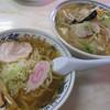 Yagurumashiyokudou - 料理写真:「手打ちラーメン」と「タンメン」をシェアしながら。