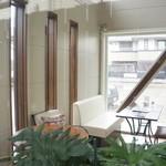 カフェ ド シュウ - 入り口手前で、店内の一部が覗けます