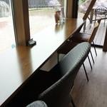 カフェ ド シュウ - 庭を見渡せる側にも、別のカウンター席があります