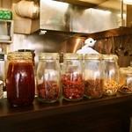 チリレンゲ - 店内には香辛料のボトルが並ぶ