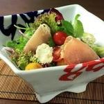 ブルサンアイユチーズと生ハムのサラダ【黒胡椒ドレッシング】