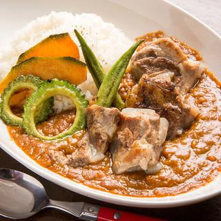 アグー豚からスープをとった特製「島カレー」