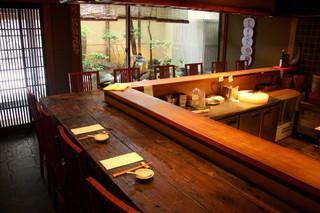 白碗竹快樓 祇園店 - オープンキッチンで料理人のパフォーマンスが見えるカウンター席
