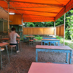 スギサキ - テント下のテーブル席(ご夫人のひとり客がいました)