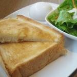 カフェ小春日和 - 料理写真:「モーニングサービス」のセットです。柔らかトースト・ゆで卵・ミニサラダです。