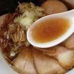 中華そば 閃 - 特製醤油中華そば(950円)スープ