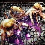 魚 しんのすけ - 段々と焼けてきました。もう、食べごろですね。ハフハフ言いながら食べました。ん~、これは焼酎と言うよりは日本酒だな。