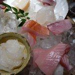 魚 しんのすけ - そして、刺身は絶対に外せないと思ってメニューを見ていると。色々とあったのでおまかせにしました。