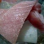 魚 しんのすけ - めじまぐろです。めじまぐろとは黒鮪(くろまぐろ)の幼魚のことです。漢字で書くと若魚(めじまぐろ)なんですよ。