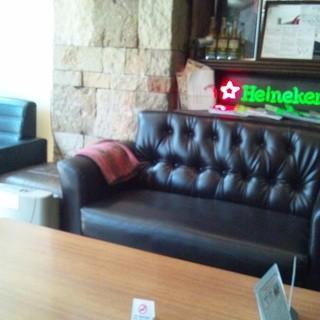 ソファーや靴をぬいであがる芝生席、真っ赤なベンチソファ!