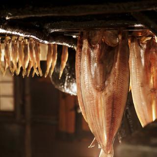 炉端の熱で余分な水分を抜き、旨味を凝縮させている