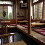 泉屋・手打うどん - テーブルにお座敷と小上がりがあります。丁寧に並べられた座布団が清潔感を感じさせますね