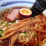 ぼにしも - らーめん  ヒラメの干物、干し貝柱を贅沢に使った極上のスープ。十種以上のスパイスで仕上げた風味豊かな焼豚と半熟玉子。内モンゴル産の自然塩からつくられるカンスイを用いた特注の中華麺。