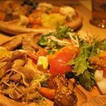 30364984 - 新鮮な野菜と手作りのハム、やソーセージ、優しい味のお惣菜がいっぱいです。