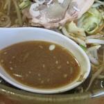 鑫源楼 - みそラーメンのスープ