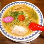 やまがた辛味噌らーめん りゅうぞう - やまがた辛味噌らーめん(¥830)。透明な油の層が浮く味噌スープに、酸味と唐辛子の効いた辛味噌を♪