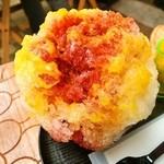 大阪浪花家 - カシスリキュールを、バレンシアオレンジのかき氷にかけると「カシスオレンジ」になる