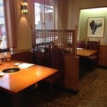 炭火亭 - 清潔感溢れるテーブル席