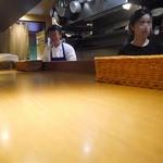 フランス田舎料理の店 ビストロ ベズ - カウンター席で