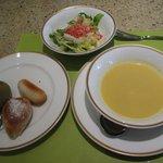 サンマルク - よもぎロール(左の皿・左) スパイスチャバタ(左の皿・右) くるみパン(左の皿・下) サラダ(上) コーンスープ(右)