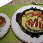 サンマルク - ミルクロール(左) ハンバーグステーキ 二色ソース(右)