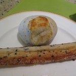 サンマルク - バジルチーズ(上) シュガーセサミスティック(下)