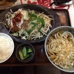 武州うどんあかねandみどりダイニング - 食べるネギラー油がハンバーグと絶妙!!