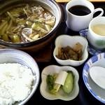 桜 - 料理写真:鯨かやき鍋定食(コーヒーはランチタイム限定セルフサービス) 830円