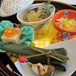 観山荘別館 - 胡麻豆腐・サーモン笹寿司・のし梅・紅白小鯛なます