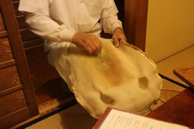 日本料理 梅林 - エイの皮でわざびをする