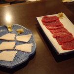 みの家 - あぶらの刺身(タテガミ)(左)と桜肉刺身(右)