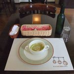 Bisutorofuraipan - おしゃれなスープ、水はワインのハーフボトルで