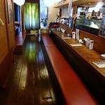 居酒屋がんこ - 正面は長いカウンター席